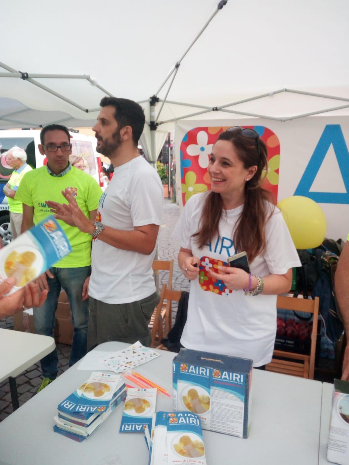 La vicepresidente Francesca Brodo ed il socio Claudio Pagliarello allo stand Airi durante le iscrizioni alla camminata